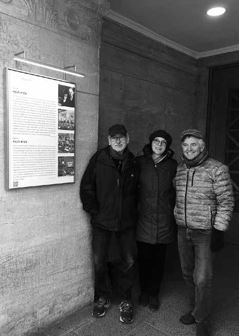 Prof. Goetz Hildebrandt, Sohn von Paul Hildebrandt, Dr. Cornelia Dildei und Jerry Kay, Enkel von Karl Kutschera, vor der Gedenktafel